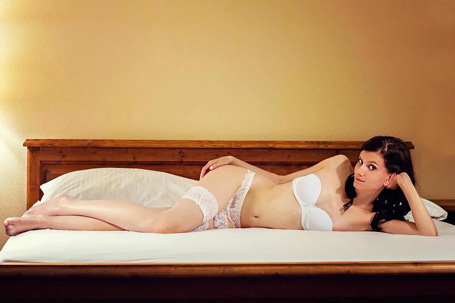 žena na posteli, erotika