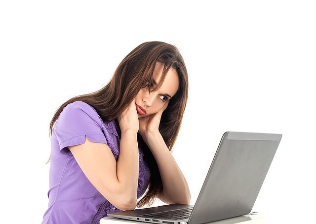 dívka s počítačem