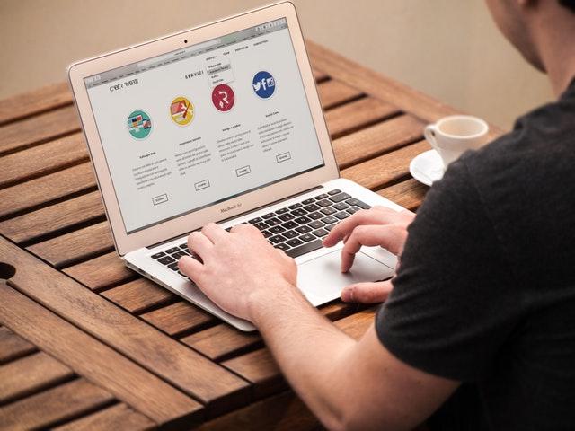 Osoba, ktorá píše na notebooku.jpg