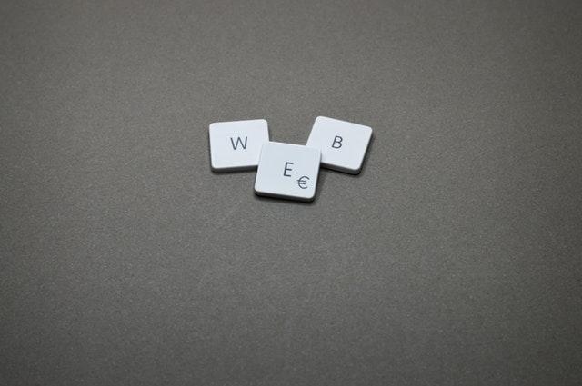 """Nápis """"web"""" vytvorený z klávesnice počítača.jpg"""
